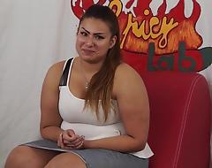 Casting a una ragazzina peruviana Plumper di nome sharon. Un po di domande poi inizia a masturbarsi (parte prima). Nella seconda parte Capitano Eric le far&agrave_ conoscere la potenza del porno