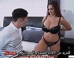 الأب يعالج خجل ابنه من الفتيات بالتدريب علي نيك زوجته و بزازها الكبيرة - سكس مترجم عربي